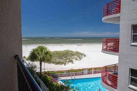 Great Value in a Beachfront Condo.  Walk Over to Johns Pass and Step Out the Door to the Beach. - Madeira Beach - Condominium