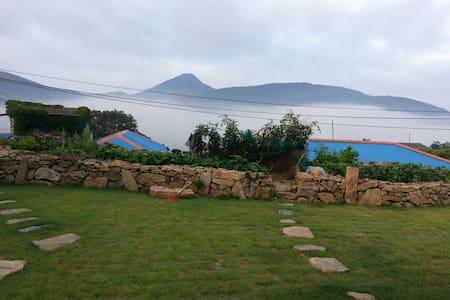 잔디 마당이 너른 남도섬의 전통 농촌가옥 - 대한민국 전라남도완도군청산면 - Casa