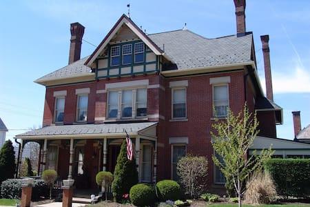 Elegant living 1882 Victorian Home - Ház