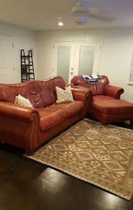 Newly renovated 2-story apartment - Metairie - House