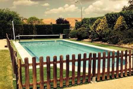 Chalet individual piscina privada - House