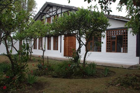 RUSTIC GUEST HOUSE NEAR THE AIRPORT - Szoba reggelivel