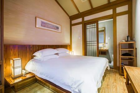 鼓楼旁宋式客栈的那一张大床——吴山居 - Bed & Breakfast