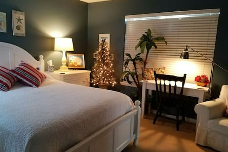 Room For The Holidays-Master Bedroom/Bathroom. - Orlando