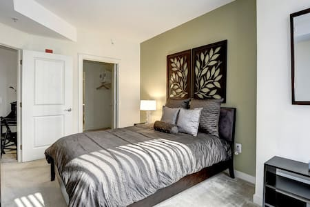 Luxury Bedroom by Rosslyn Metro - Apartment