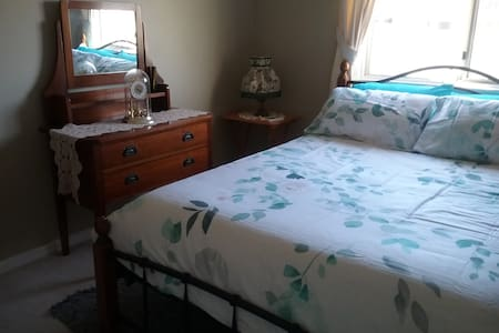 Restful room in comfy home, close to beach - Shoalwater