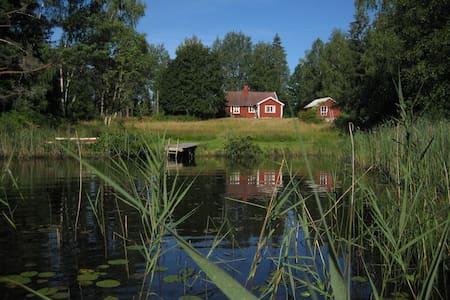 Stuga med öppen spis, båt och kanot • nära badsjö - Huis