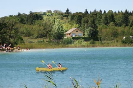 Maison face au lac - Ilay - Huis