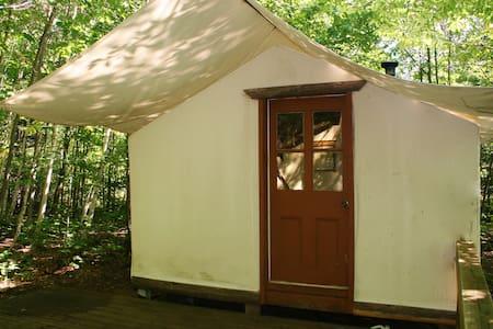 Tente de prospecteur au pied des cascades - Tent