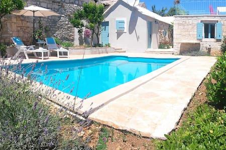 Orginal Brac stone-house with pool - Talo