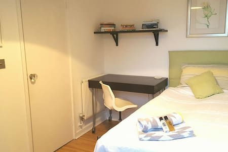 Single En-suite Room with Parking in Historic Town - Casa