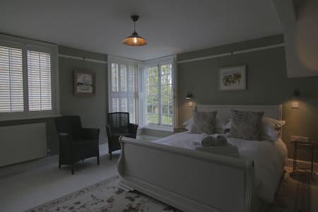 Luxury Central Rye B&B with parking - Rye