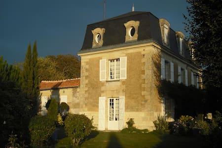 Mansart house 18 e, 2 h 5 of park - Chalais - Talo