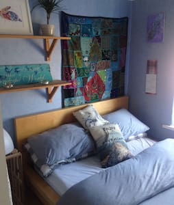 Dbl bed in small  cozy room W/BF - Hus