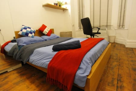Rm1. A LOVELY LIGHT + SPACIOUS ROOM CLOSE TO TOWN - Manchester