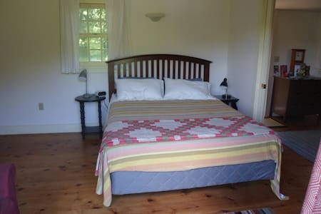 Lush Setting, Private Deck, Queen Bed in GB - Wohnung