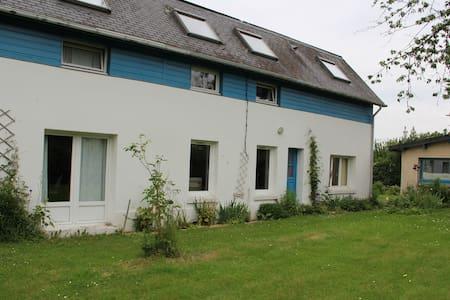 Maison au calme avec grand jardin à 10 mn de Rouen - Dům