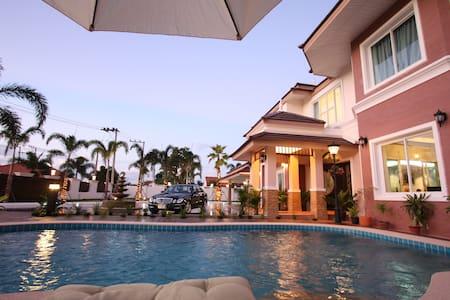 Platinum Royal Mansion 8 BR in Pattaya - Pong - Huis