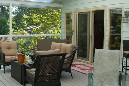 Backyard paradise in suburbs - Bothell - Hus