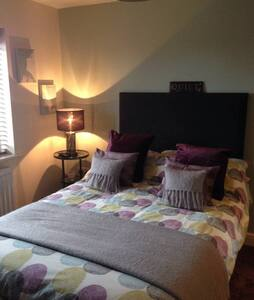 Luxury double room close to all amenities. - Casa