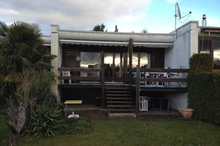 Ferienhaus am Neuenburgersee in Parkanl. mit Pool - Townhouse