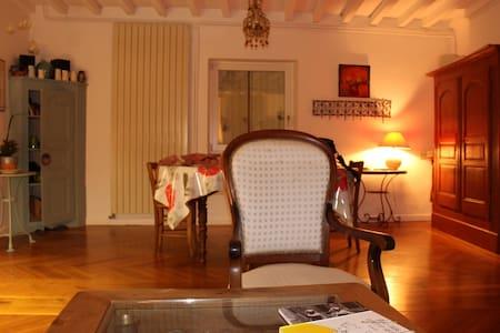 une chambre simple dans une maison douce - Chauriat