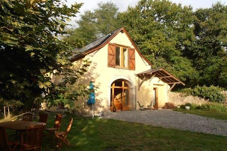 Une ancienne grange rénovée dans les Pyrénées - Féas - Huis
