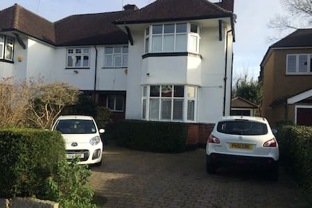 Large Double with Ensuite in Leafy London Suburb - Pinner - Bed & Breakfast
