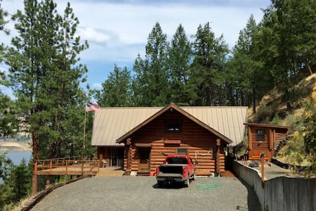Spectacular Log Cabin on Lake Roosevelt, WA - Stuga
