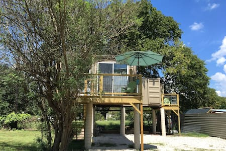Shipping Container Elevated Tiny House in S Austin - Austin - Gästhus