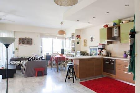 room in sunny & spacious apartment - Atene