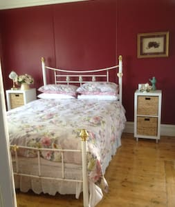 Ivy May Cottage Lakes Entrance... - Bed & Breakfast