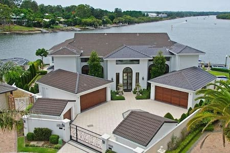 """The Point"" Luxury Waterfront Homes - Hope Island"
