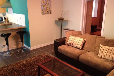 STUNNING FLAT (15 MIN FROM CITY) BE OUR 1ST GUESTS - Appartamento