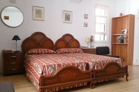 Independent room in Algorta, 5m. walk to the beach - House