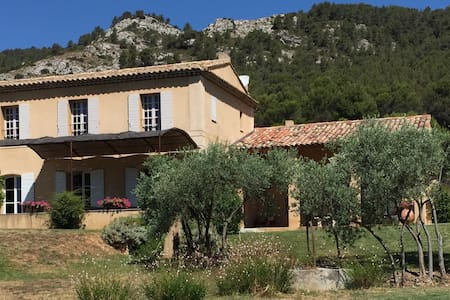 A Classic Provencale Bastide with panoramic views. - Vila