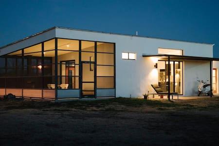 Modern + Minimal Marfa Home - Marfa - House