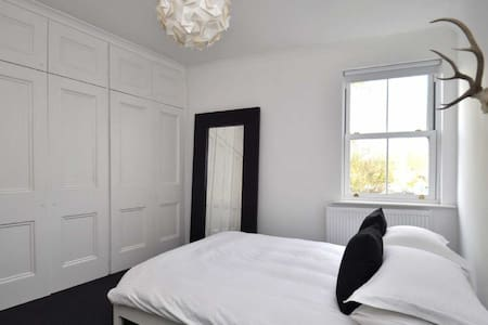 Bright Spacious Double Room in gorgeous Tettenhall - Rumah