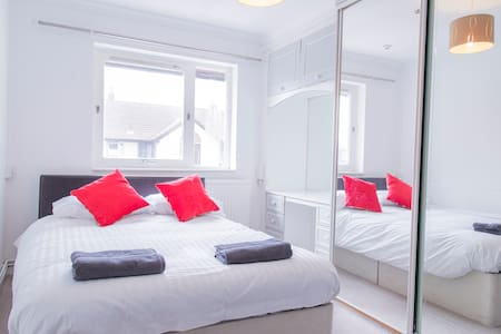 2 bed/Walk to Salford Royal Hospital + Parking - Apartamento