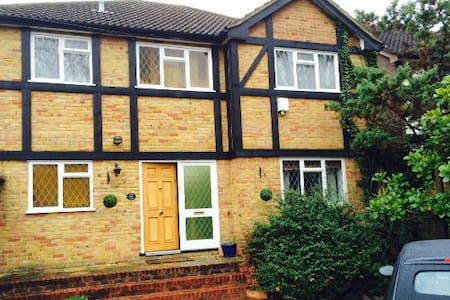 Double bedroom in friendly W London home - Isleworth - Casa