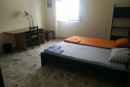 Ampia camera a due passi da tutto.. - Appartement