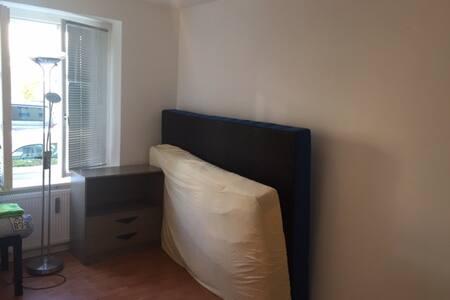 Kleines Zimmer (10qm) im Zentrum - Wolfsburg - Apartment