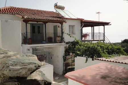 Παραδοσιακή διώροφη κατοικία - Ev