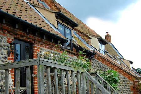 Traditional brick and flint Norfolk cottage - House