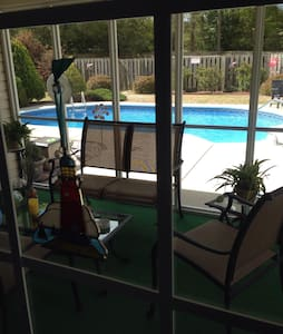 Business/Vacation Rental CLEAN COZY POOL GARAGE (: - Maison