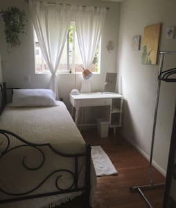 Bright extra bedroom walk to beach - Appartement