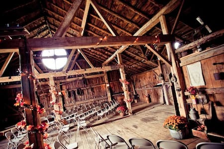 Rustic Barn Event Venue - Helenville