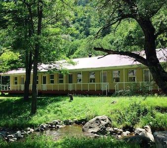 Atskuri Summer Camp - Sovesal
