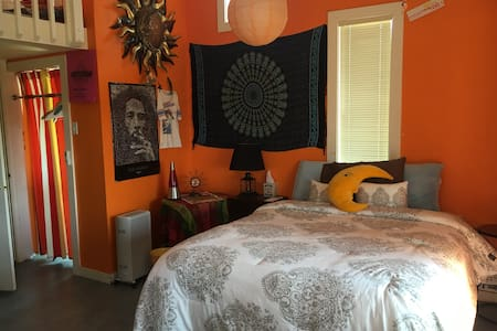 Sunset Room, large, peaceful, with balcony & views - Los Gatos - Bed & Breakfast