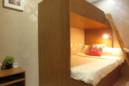 kowloon mongkok central area, high floor, windows,air-conditioner,TV ,hair dryer, free wifi,24hours hot water,private bathroom ,nice shared terrace.  licensed hostel which offer the essentials .2mins walk to the mongkok metro/airport bus station.